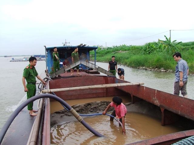 Cơ quan Công an bắt quả tang tàu hút cát trộm trên sông Hồng (ảnh: Công an Hà Nam)