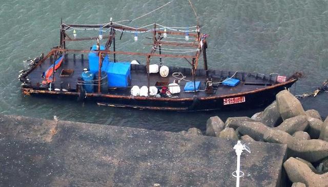 Một tàu ma trôi dạt vào Yurihonjo, tỉnh Akita (Nhật Bản) ngày 24/11 (Ảnh: AP)