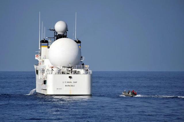 Tàu USNS Invincible của Hải quân Mỹ di chuyển trên biển Ả rập năm 2012 (Ảnh: Reuters)
