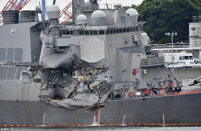 Tàu chiến Mỹ bị đâm móp sau vụ va chạm với tàu hàng Philippines trên biển Nhật Bản (Ảnh: EPA)