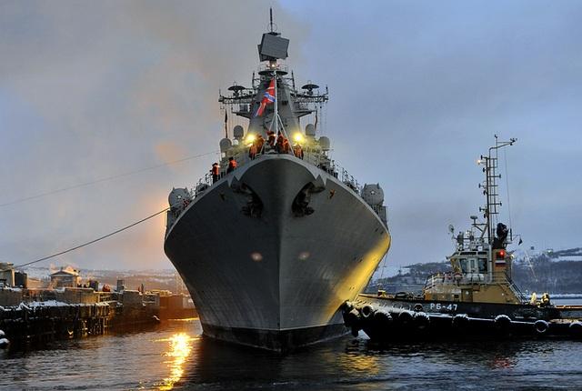 Ngày 1/6 vừa qua, Hạm đội phương Bắc của Nga kỷ niệm tròn 84 năm thành lập. Hạm đội phương Bắc được giao nhiệm vụ bảo vệ nước Nga ở khu vực phía tây bắc và giúp Nga tiếp cận khu vực Bắc Cực và Đại Tây Dương từ các căn cứ quân sự trên biển Barents và Na Uy. Trong ảnh: Tàu tuần dương tên lửa Marshal Ustinov của Hạm đội phương Bắc Nga.
