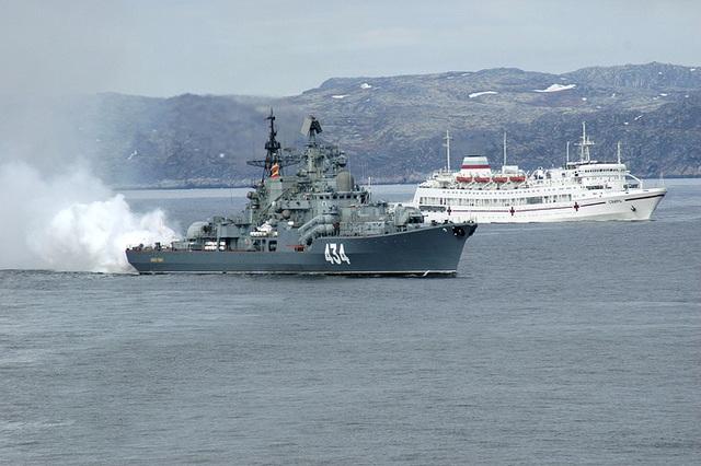Tàu khu trục Đô đốc Ushakov di chuyển cạnh tàu cứu hộ Svir.