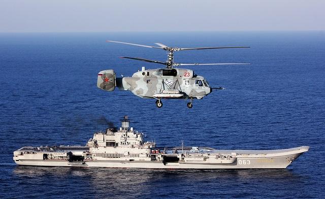 Đại bản doanh của Hạm đội phương Bắc được đặt tại Severomorsk. Hạm đội này hiện gồm 38 tàu chiến và 41 tàu ngầm. Đây đều là những tàu hiện đại được biên chế vào quân đội Nga. Trong ảnh: Trực thăng quân sự Kamov Ka-52 được triển khai trên tàu sân bay Đô đốc Kuznetsov.