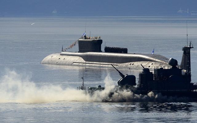 Tàu ngầm hạt nhân mang tên lửa đạn đạo lớp Borei Yuri Dolgoruky. Đây là một trong những tàu ngầm tốt nhất hiện nay với khả năng vận hành êm ái dưới lòng đại dương khiến radar đối phương khó có khả năng phát hiện, cùng với đó là sức mạnh đáng nể của các tên lửa đạn đạo được trang bị trên tàu.