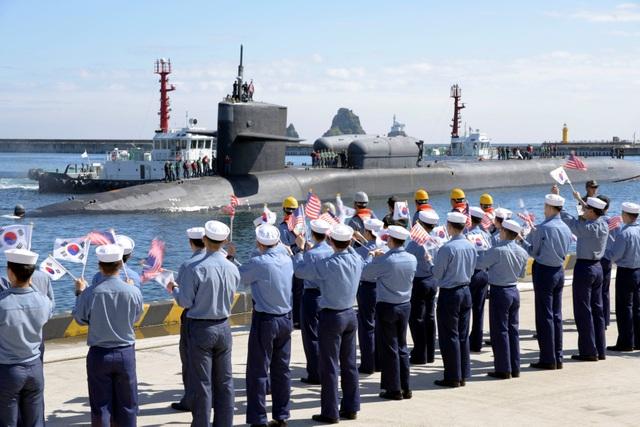 Các binh sĩ Mỹ và Hàn Quốc chào đón tàu ngầm USS Michigan tới Busan, Hàn Quốc ngày 13/10 (Ảnh: Reuters)