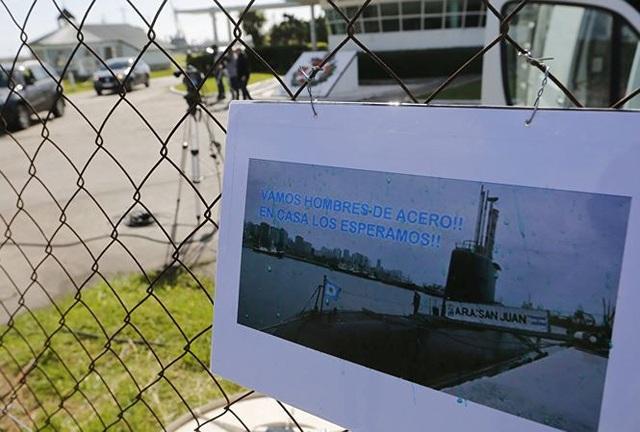 Khẩu hiệu: Chúng tôi chờ tàu ngầm ARA San Juan trở về được dán trên hàng rào căn cứ hải quân ở Mar del Plata. Ảnh: AP