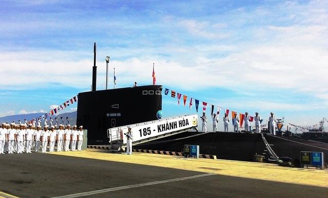 Tàu ngầm Kilo Khánh Hòa tại Lễ thượng cờ cấp Quốc gia vào năm 2015. Các tàu ngầm Kilo của Việt Nam đều được đóng tại nhà máy đóng tàu Admiralty của Nga ở Saint Petersburg