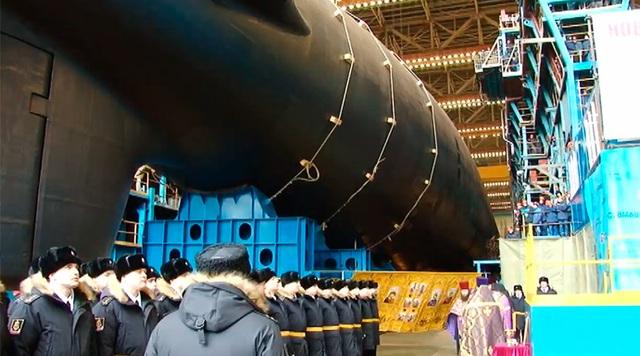 Nga có kế hoạch đóng tổng cộng 7 tàu ngầm tấn công hạt nhân trong dự án Yasen-M đến năm 2023. Tàu ngầm đầu tiên thuộc lớp này, Severodvinsk, đã được bàn giao cho Hải quân vào năm 2014. Bốn tàu khác - Novosibirsk, Krasnoyarsk, Arkhangelsk và Perm - đang được đóng, trong khi tàu cuối cùng trong lớp Yasen-M này, Ulyanovsk, sẽ được khởi cộng vào mùa hè năm nay. (Ảnh: Ruptly)