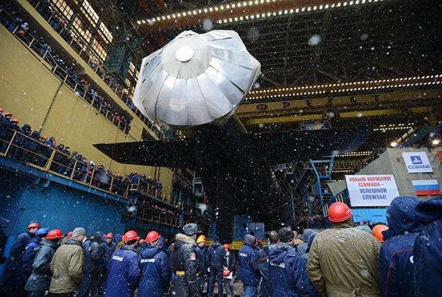 Đông đảo các quan chức quân đội Nga đã tham gia lễ hạ thủy tàu ngầm Kazan, trong đó có Tư lệnh Hải quân Nga, Đô đốc Vladimir Korolev. (Ảnh: Sputnik)