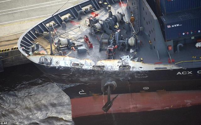 Tàu hàng Philippines chỉ hư hại nhẹ và không có ai bị thương. (Ảnh: AP)