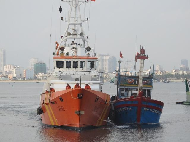 Tàu SAR 412 lai dắt tàu cá gặp nạn vào bờ