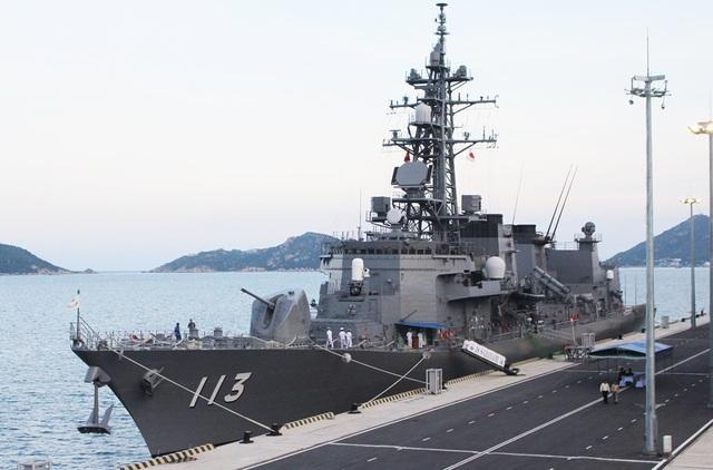 Tàu khu trục Sazanami 113 đang có mặt ở Cảng Quốc tế Cam Ranh để tham gia chương trình Đối tác Thái Bình Dương 2017 tại Khánh Hòa, cùng lực lượng Hải quân Mỹ