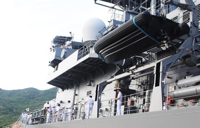 Sazanami 113 có chiều dài 151 mét, rộng 17,4 mét, cao 10,9 mét, mớn nước 5,3 mét, lượng giãn nước tiêu chuẩn 4.650 tấn, đầy tải 6.300 tấn