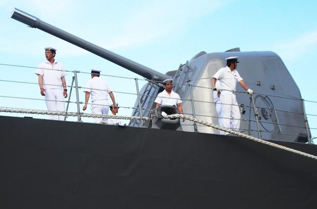 Pháo cao xạ - một trong những khí tài hiện đại trên tàu khu trục Sazanami 113, với khả năng hoạt động ở tầm cao và tầm thấp