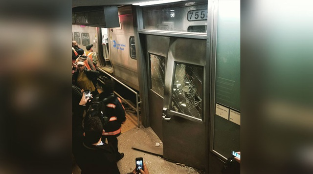 Ảnh hiện trường vụ tai nạn tại ga Atlantic, New York vào sáng nay, 4/1 (Ảnh: Twitter)
