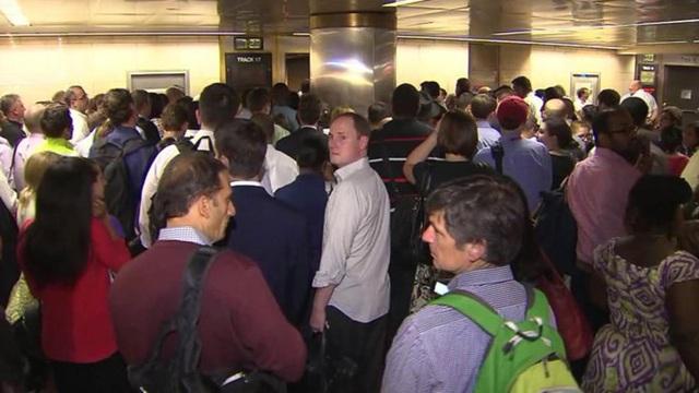 Các hành khách bị ách tắc trong giờ cao điểm buổi sáng (Ảnh: Nbcnewyork)