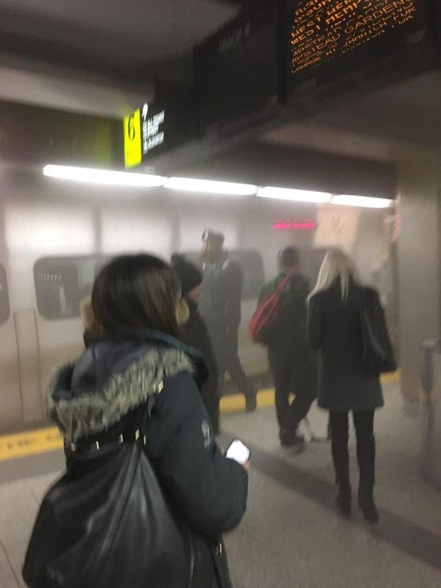 Một bức ảnh cho thấy dường như có khói bên trong nhà ga (Ảnh: Nbcnewyork)