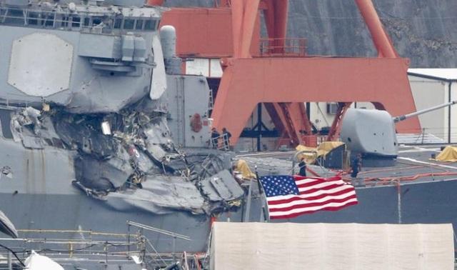 Tàu chiến Mỹ hư hại nặng sau vụ va chạm. (Ảnh: Reuters)