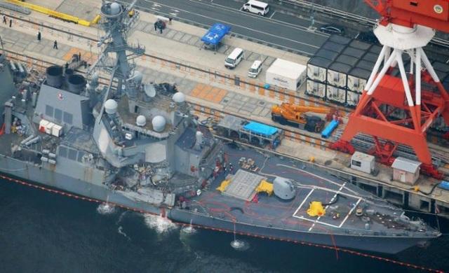 Tàu chiến Mỹ va chạm với tàu hàng Philippines.