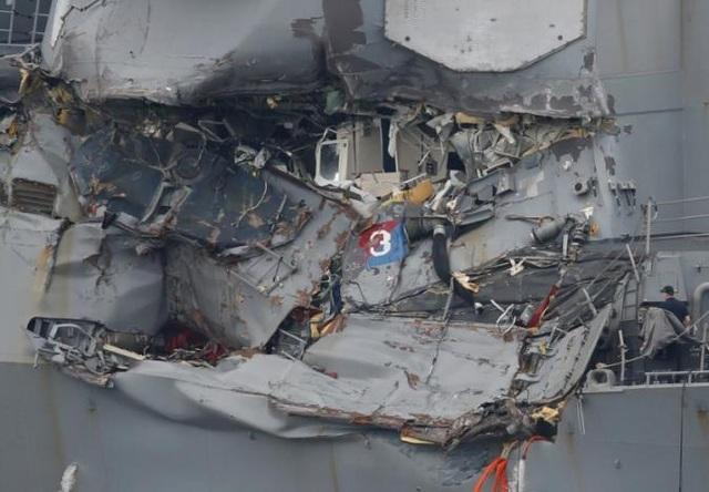Tàu chiến Mỹ bị đâm móp mạn phải. (Ảnh: Reuters)