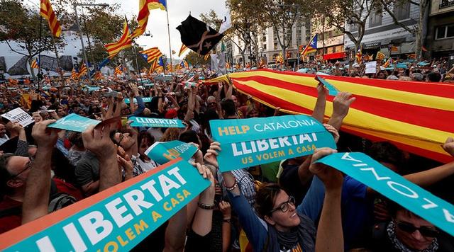 Khoảng 450.000 người ủng hộ chính quyền Catalonia ngày 21/10 đã đồng loạt xuống đường ở thành phố Barcelona, thủ phủ của Catalonia, để phản đối nỗ lực của chính phủ Tây Ban Nha nhằm chặn đứng kế hoạch ly khai của vùng tự trị này.