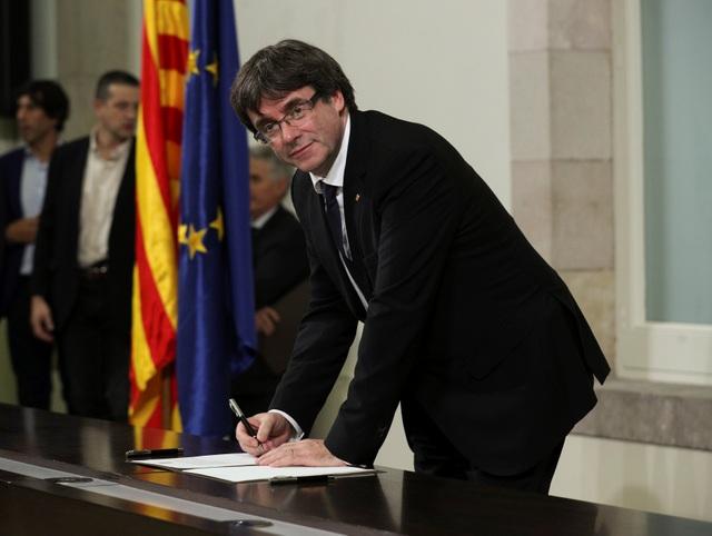 Thủ hiến Catalonia Carles Puigdemont ký vào văn kiện tuyên bố độc lập hôm 10/10 (Ảnh: Reuters)