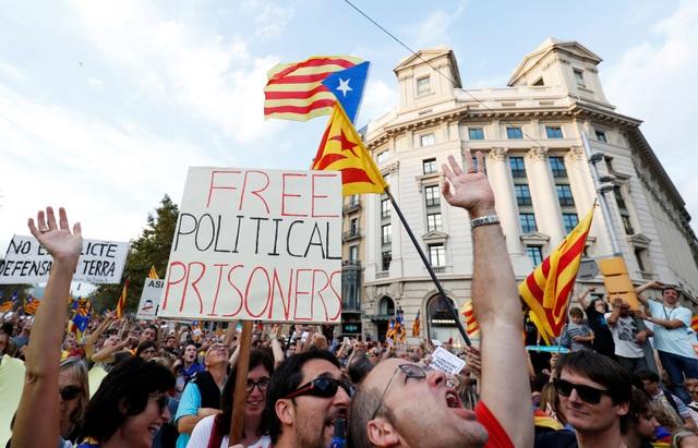 Những người biểu tình cũng phản đối việc Tòa án tối cao Tây Ban Nha phát lệnh bắt giam 2 lãnh đạo phong trào ủng hộ ly khai của Catalonia là ông Jordi Sanchez, người đứng đầu phong trào ly khai Nghị viện Catalonia và ông Jordi Cuixart, người đứng đầu phong trào ly khai Omnium Cultural hôm 16/10.