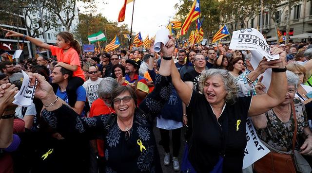 Cuộc biểu tình diễn ra sau khi Thủ tướng Tây Ban Nha Mariano Rajoy tuyên bố sẽ thu lại quyền lực của nghị viện Catalonia, dẹp bỏ chính quyền tự trị và tổ chức một cuộc bầu cử mới trong 6 tháng tới.