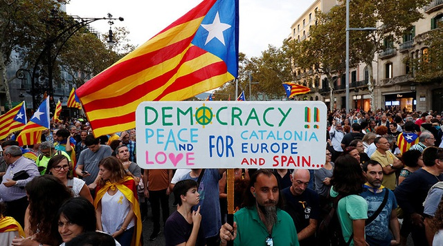 """Người dân ở Barcelona đã mang theo cờ Catalonia và các biểu ngữ với nội dung """"Nền dân chủ"""", """"Giúp đỡ Catalonia"""" hay """"Cứu lấy châu Âu"""" khi xuống đường biểu tình."""