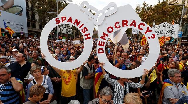 """Thủ hiến Carles Puigdemont đã lên tiếng phản đối quyết định giải tán chính quyền Catalonia của chính phủ Tây Ban Nha, gọi đây là hành động """"bất hợp pháp"""" của Madrid. Ông Puigdemont cho rằng đây là """"cuộc tấn công tồi tệ nhất chống lại hiến pháp và người dân Catalonia."""