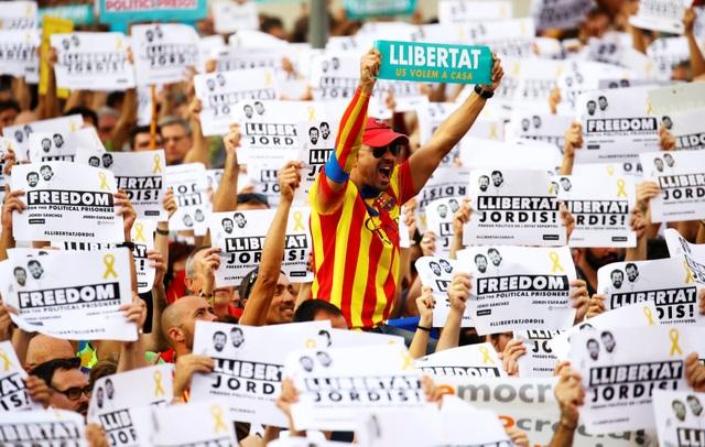 Sau nhiều lần gia hạn chót để chính quyền Thủ hiến Catalonia thay đổi quyết định nhưng bất thành, chính phủ Tây Ban Nha đã tính đến phương án kích hoạt điều 155 trong hiến pháp nước này nhằm xóa bỏ quyền tự trị của Catalonia.