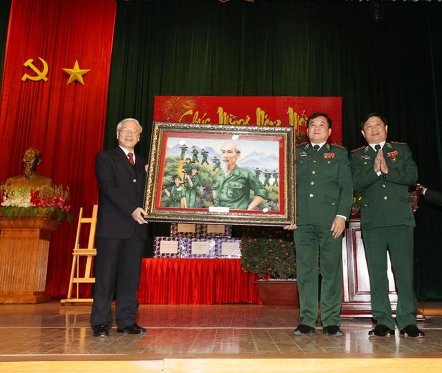 Tổng Bí thư Nguyễn Phú Trọng tặng bức tranh Bác Hồ cho cán bộ, chiến sĩ Bộ Tư lệnh Bộ đội biên phòng. Ảnh: Trí Dũng – TTXVN