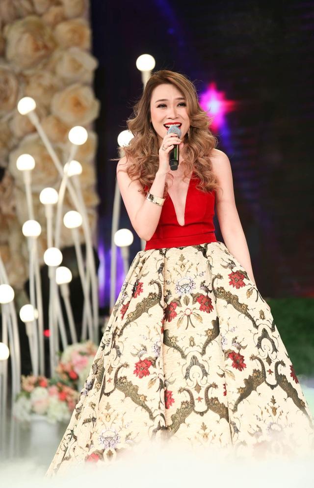 Buổi tối xuất hiện trên sân khấu, nữ ca sĩ chọn phong cách nữ tính và sang trọng