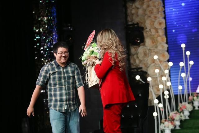 Diễn viên Gia Bảo, cũng là người bạn thân thiết, đến xem và tặng hoa cho Mỹ Tâm khiến nữ ca sĩ rất xúc động