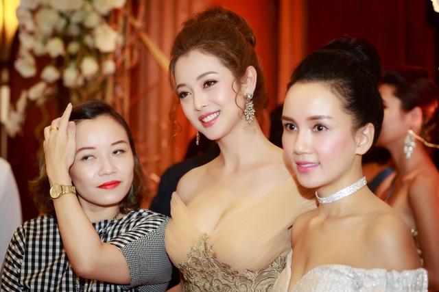 """Jennifer Phạm dù đã 3 con vẫn khiến người đối diện """"bỏng mắt"""" - 4"""