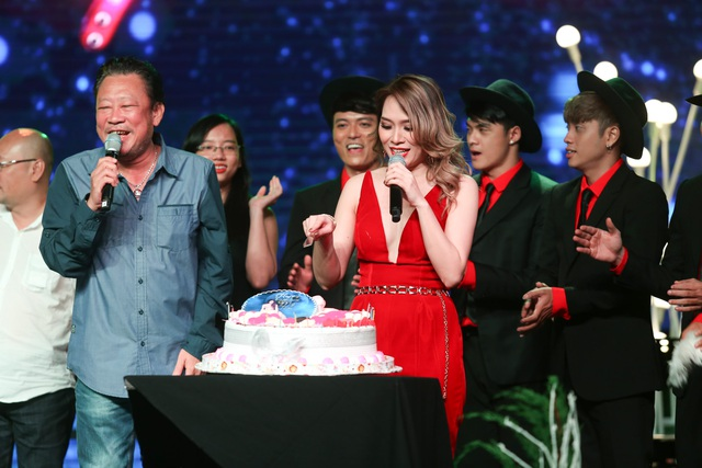 Trong đêm nhạc 14/1, Mỹ Tâm đã bất ngờ khi được những người bạn gồm nhạc sĩ Lê Quang, đạo diễn Nguyễn Quang Dũng, nhóm nhảy,... tổ chức tiệc mừng sinh nhật ngay trên sân khấu.