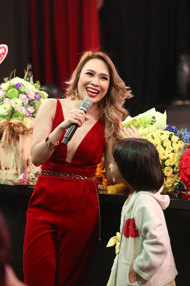 Trong đêm nhạc của Mỹ Tâm còn có những khán giả nhỏ tuổi rất đáng yêu khiến nữ ca sĩ vô cùng hào hứng