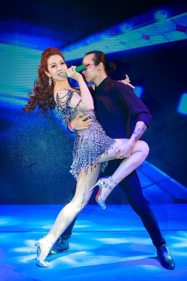 Jennifer Phạm vừa hát vừa thực hiện các động tác vũ đạo.