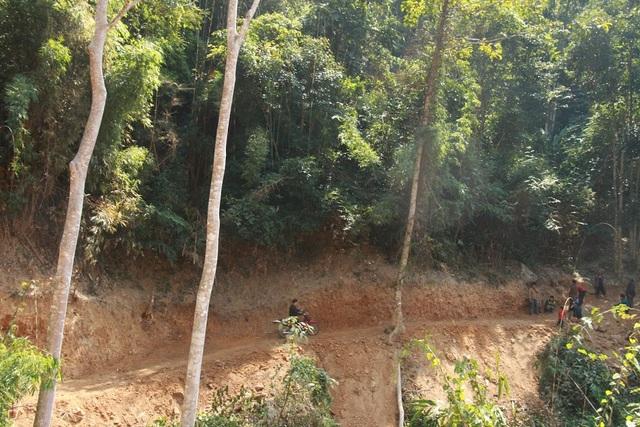 Chỉ sau 5 ngày, cán bộ và nhân dân xã Hữu Khuông đã hoàn thành tuyến đường Con Phen - Huồi Pủng dài 7,1 km, mặt đường rộng 3m với khối lượng đất đá được đào đắp trên 25.000 m3.