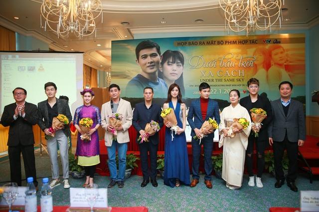 Các thành viên trong đoàn làm phim ra mắt báo giới Việt Nam.