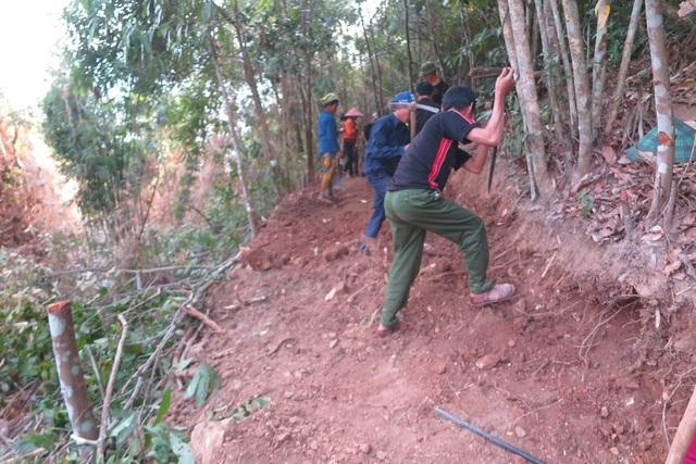 Hơn 500 người gian nan khoét núi mở đường vào bản - 2
