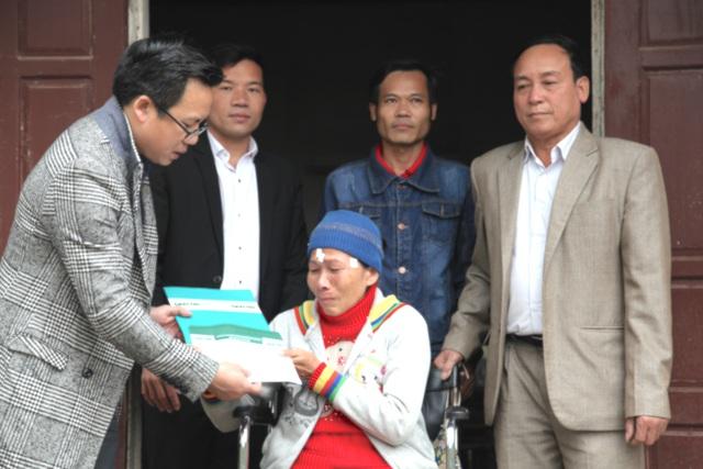 PV Dân trí cùng lãnh đạo địa phương trao quà đến bà Hải.