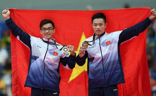 Phạm Phước Hưng và Đặng Nam trên bục nhận huy chương