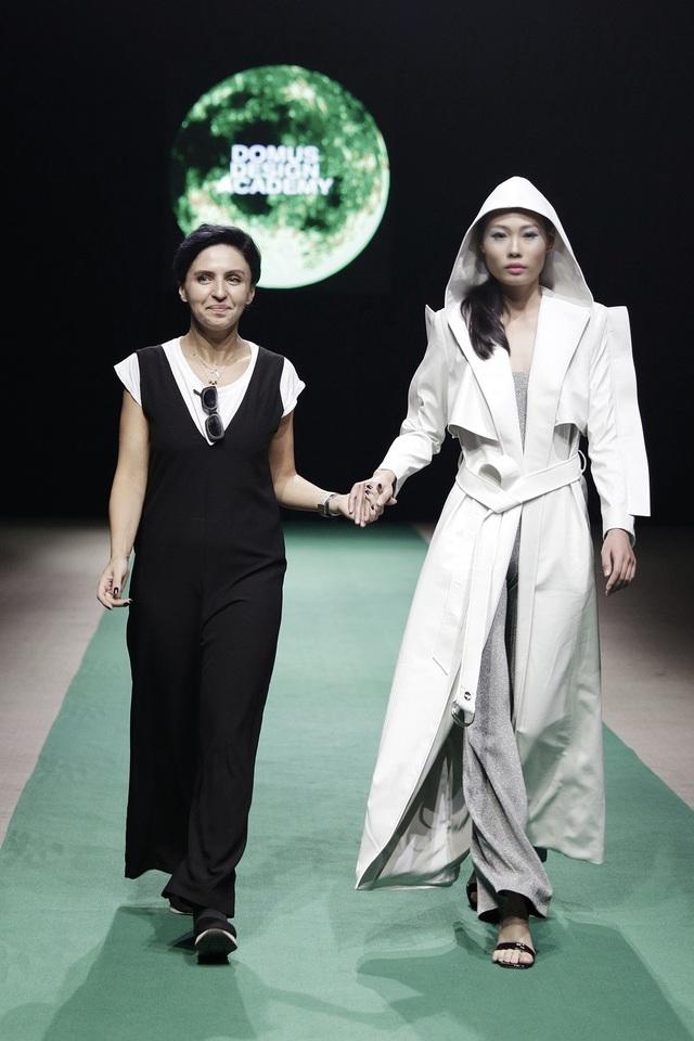 Mở màn là NTK người Ý Tea Gelashvili. NTK được đào tạo tại trường thiết kế thời trang nổi tiếng Domus Academy, Milan (nước Ý).
