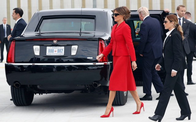 Tổng thống Donald Trump và Đệ nhất phu nhân Melania (áo đỏ) lập tức lên xe sau khi chuyên cơ Air Force One đáp xuống sân bay Orly ở phía nam Paris (Ảnh: AFP)