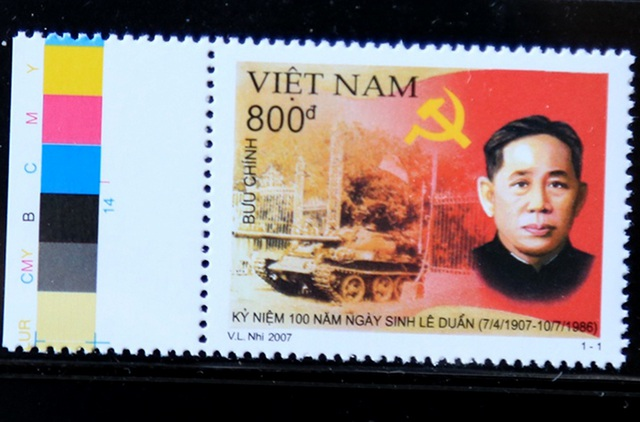 """Hình ảnh chiếc xe tăng của Bộ đội Cụ Hồ tiến vào Dinh Độc lập ngày 30/4/1975 tiếp tục được tái hiện trên mẫu tem """"Kỷ niệm 100 năm Ngày sinh cố Tổng Bí thư Lê Duẩn (7/4/1907 - 10/7/1986)"""", phát hành ngày 7/4/2007, do họa sĩ Võ Lương Nhi thiết kế."""
