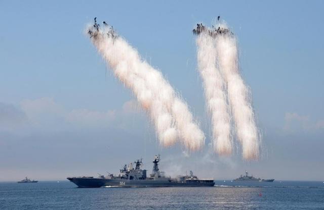 Tàu chiến Nga diễn tập phóng tên lửa chuẩn bị cho lễ duyệt binh Hải quân năm 2016. (Ảnh: Reuters)