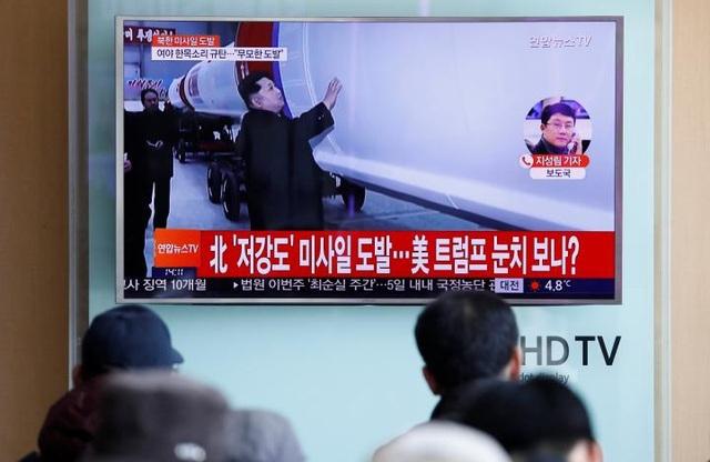 Người dân Hàn Quốc theo dõi tin tức về vụ phóng tên lửa của Triều Tiên tại một nhà ga ở thủ đô Seoul (Ảnh: Reuters)