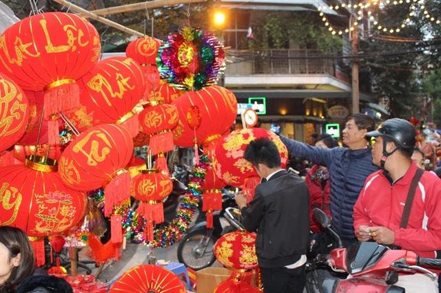 Nhiều người đã sớm đi mua đèn lồng và các loại đồ trang trí cho dịp Tết sắp tới.