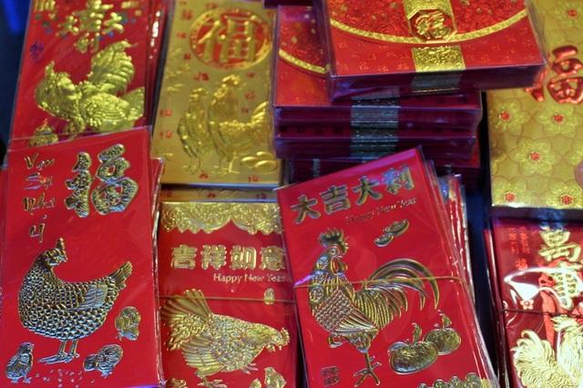 Năm 2017 là năm Đinh Dậu nên phong bao lì xì hình con gà được bày bán khá nhiều. Cũng như mọi năm, giá phong bao lì xì không cao, phù hợp với túi tiền của mọi người.